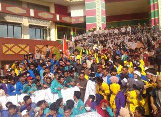 Erizal Muluk saat menjawab Aspirasi Ribuan Mahasiswa di Gedung DPRD Riau (foto:mat)