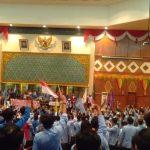 Massa Aksi saat Orasi sambil Menunggu kehadiran dari Anggota DPRD Riau, tapi sayang sampai Akhir Tidak ada satupun yang Datang (foto:sar)