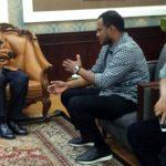 Menpan RB RI, Asman Asbur (tengah) foto bersama Bupati Aceh Timur H. Hasballah HM.Thaib (2 kanan) usai pertemuan di Kantor Kemenpan RB di Jakarta, Kamis 5 April 2018. Foto: Istimewa.