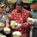 Wakil Bupati Aceh Timur Syahrul Bin Syama'un (tengah) didampingi Kapolres Aceh Timur AKBP Wahyu Kuncoro (kiri) dan Komandan Kodim 0104/Aceh Timur Letkol. Inf. M. Iqbal Lubis (kanan) sama-sama memperlihatkan kristal sabu dalam bungkusan dalam Konferensi Pers 100 Kg Ganja dan 19 Kg Sabu di Mapolres Aceh Timur, Kamis 5 April 2018. Foto: Humas Pemkab Aceh Timur
