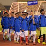 ATLET Sepakbola U-12 asal Aceh Timur memasuki Stadion Harapan Bangsa Banda Aceh, ketika berlangsungnya Pembukaan Kualifikasi Sepak Bola U-12 Aqua-DNC Regional Aceh, Jumat 6 April 2018, malam.Foto: Humas Pemkab Aceh Timur.