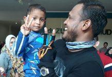Bupati Aceh Timur, H. Hasballah HM.Thaib, menggendong bocah yang baru selesai menjalani bibir sumbing di RSUD Dr. Zubir Mahmud Aceh Timur di Idi, Minggu 8 April 2018. Foto: Istimewa.
