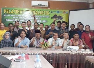 ASISTEN Administrasi Umum Setdakab Aceh Timur, M. Amin, SH, MH, foto bersama dengan insan pers sebagai peserta Pelatihan Jurnalistik Lingkungan di Aula Hotel Khalifah Idi, Kabupaten Aceh Timur, Sabtu 14 April 2018. Foto: Humas Pemkab Aceh Timur