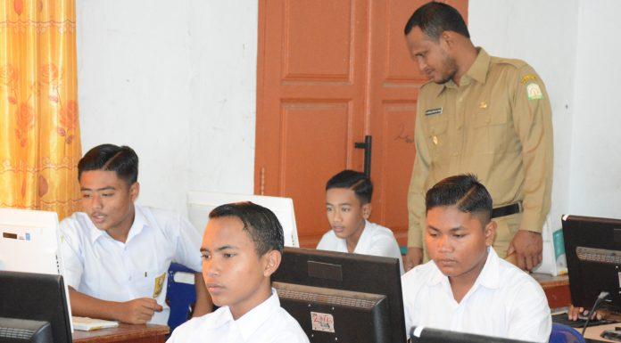 Bupati Aceh Timur H. Hasballah HM.Thaib meninjau pelaksanaan UNBK di SMPN 1 Peudawa, Senin 23 April 2018. Foto: Humas Pemkab Aceh Timur