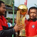 Teks Foto: Bupati Aceh Timur, H. Hasballah Bin H.M. Thaib,SH menyerahkan piala bergilir Bupati Cup Ke 8 Tahun 2018 kepada Fattah Fikri ketua Panitian Bupati Cup. Foto Bagian Humas Aceh Timur.