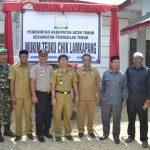 Asisten Pemerintahan Sekretariat Kabupaten Aceh Timur, Drs. Zahri, M.AP, Selasa 10 april 2018 membuka selubung pada peresmian Mukim Teuku Chik Lamkapang, Kecamatan Peureulak Timur. Foto Bagian Humas Aceh Timur.