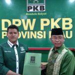 Hafizan Abas saat mengembalikan Berkas Formulir Pendaftaran Bacaleg di Kantor DPW PKB Riau
