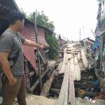 Teks foto :Kondisi jembatan penghubung antar Desa Seunebok Aceh Ke Desa Bale Buya Kecamatan Peureulak Aceh Timur rusak parah, terlihat Seorang Pria Sedang Menunjukan Kondisi jembatan tersebut yang erancam ambruk, minggu (22/4). Foto : Ariss Sidak