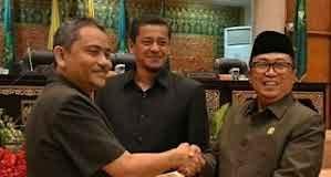 Sekda Riau saat Menerima hasil Perda DPRD Riau