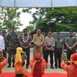Bupati Aceh Timur H. Hasballah Bin H.M. Thaib, SH bersama dengan Brigjen TNI Simson Moeanto sebagai ketua Tim Pengawas Dan Evaluasi (Wasev) TNI Manunggal Membangun Desa (TMMD) beserta rombongan disambut dengan tarian Ranup Lampuan. Foto Bagian Humas Aceh Timur.