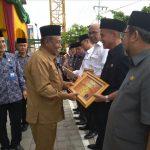 H. Said Hasyim saat Menerima Penghargaan dari Plt. Gubernur Riau di Gedung bpkp Riau