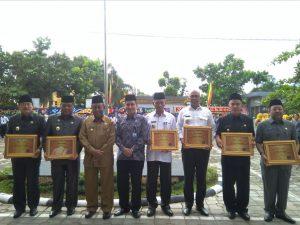 Plt. Gubernur dan Kepala bpkp Foto bersama kabupaten dan Kota yang menerima Penghargaan