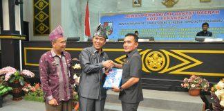 Wakil ketua DPRD Pekanbaru saat menyerah kan hasil Rapat Paripurna