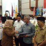 H. Said Hasyim saat menerima nama nama Mahasiswa yang Kukerta di Meranti (foto:sarwan)