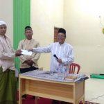 Anggota DPD RI Abdul Ghafar saat Menyerah kan Bantuan ke Pengurus Masjid (foto :sar)