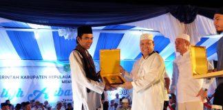 Bupati Irwan Nasir saat menyerahkan Cendramata ke UAS