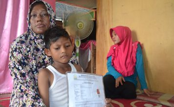 Nurlela Bersama Anak kelimanya Almarhum Nudin Salah Satu Awak Km.Bintang Jasa yang di tangkap di negara Myanmar.Foto Ilham Zulfikar( 13/11/2018)