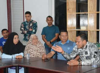 Bupati Rocky menyampaikan perkembangan terkini terkait nelayan Aceh di Myanmar saat menerima pengaduan 23 keluarga nelayan di Aula Dekranasda Aceh Timur di Idi, Kamis (14/3/2019). Foto Humas Aceh Timur.