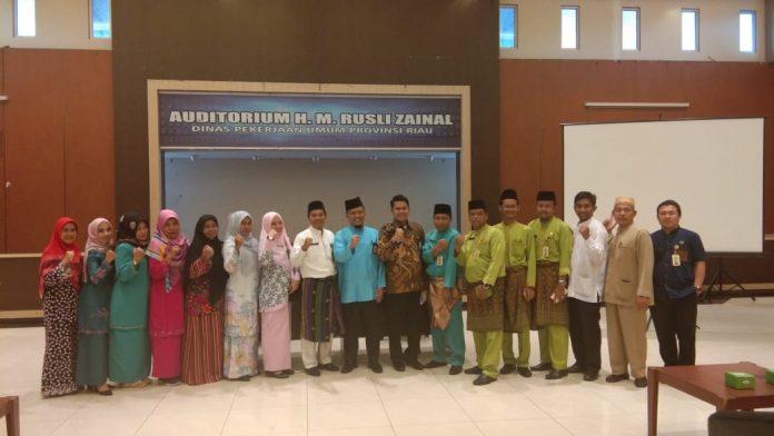 Ketua Baznas Riau H Yurnal Saat Foto Bersama Usai MElaukan Sosialisasi di Dinas PUPR Riau