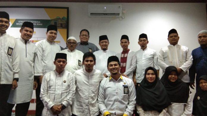 Ketua, Komisioner Foto Bersama Karyawan Usai Acara Halal Bi Halal