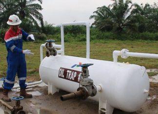 Zefri Rantau Operation Supervesor PT Pertamina Ep Rantau Aceh Tamiang Sedang menunjukan OIL TREP 01 Kepada Media Kamis 26 Juli 2019 Fot0 14m