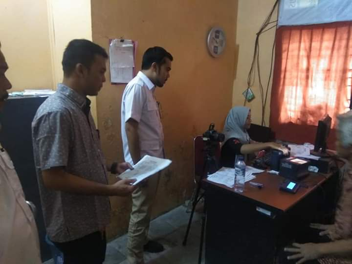 Rombongan Frkasi Gerindra saat menerima langsung keluhan warga terkait proses penerbitan e-Ktp yang cukup lama, turut disaksikan oleh Kepala UPTD Kecamatan Tampan
