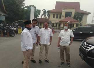 Rombongan Fraksi Gerindra saat tiba di UPTD Kecamatan Tampan