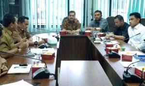 Ketua Pansus RIPKD Irman Sasrianto memberikan masukan kepada Kadisbupar Pekanbaru