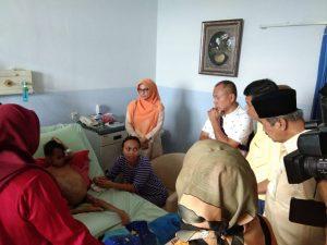 Ketua DPD II Partai Golkar Kota Pekanbaru dan Fraksi Partai Golkar DPRD Kota Pekanbaru kunjungi bocah penderita tumor ganas dirumah sakit PMC