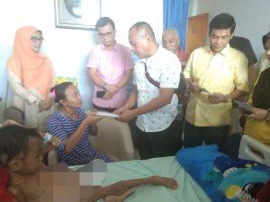 Fraksi Partai Golkar DPRD Kota Pekanbaru dengan ketua DPD II Partai Golkar Kota Pekanbaru menyerahkan bantuan kepada korban penderita tomur ganas