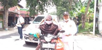 Anggota DPRD Kota Pekanbaru, H Ervan memberikan masker gratis kepada masyarakat yang melintasi Jalan Singgalang Kecamatan Tenayan Raya kota Pekanbaru