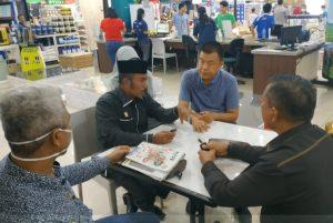 Ketua Komisi II DPRD Kota Pekanbaru dan rombongan diterima oleh pihak pemilik toko bangunan