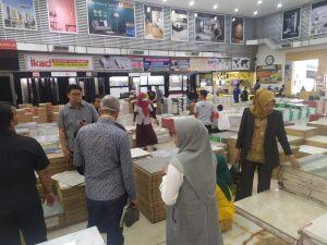 Rombongan Komisi II DPRD Kota Pekanbaru melihat dan mengecek barang yang dijual