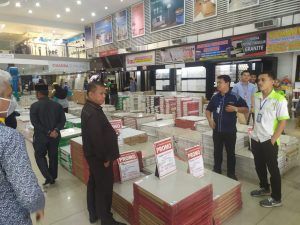 Dapot Sinaga bertanya tentang barang yang dijual kepada karyawan bangunan