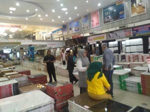 Satu persatu, anggota Komisi II DPRD Kota Pekanbaru melihat barang bangunan yang dijual