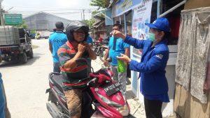 Anggota DPRD Kota Pekanbaru Jepta Sitohang memberikan masker kepada masyarakat