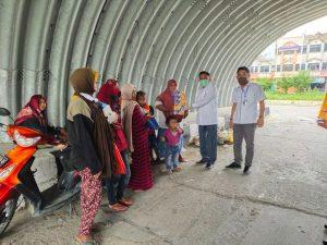 T Azwendi Fajri memberikan bantuan kepada warga yang mengais rezeki dijalanan