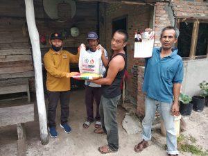 Anggota DPRD Kota Pekanbaru, Nurul Ikhsan dari fraksi Gerindra membagikan paket sembako kepada masyarakat miskin
