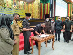 Pimpinan DPRD Kota Pekanbaru dan Wakil Walikota Pekanbaru melakukan penandatanganan Pengesahan Perda Pembentukan dan Susunan Perangkat Daerah