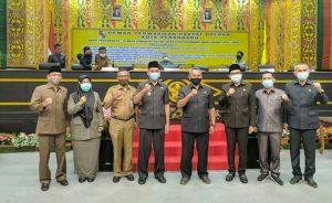 Wakil Walikota Pekanbaru dan Seluruh Unsur pimpinan DPRD Kota Pekanbaru berphoto bersama usai gelar rapat paripurna