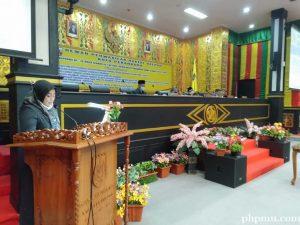 Plt Sekwan DPRD Kota Pekanbaru Badria Rikasari membaca surat keputusan rapat paripurna tentang Perda pembentukan dan susunan perangkat daerah