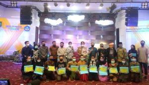 Kadisbud Riau, Raja Yoserizal Zen berphoto bersama dengan instruktur, peserta dan pejabat struktural Disbud Riau