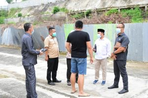Anggota Komisi IV DPRD Kota Pekanbaru, Ali Suseno dan Robin Eduar (Kanan) Tampak Berbincang Dengan Pihak Pengaman Perumahan Mahkota Garden