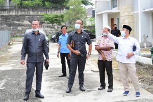 Anggota DPRD Kota Pekanbaru, Nurul Ikhsan (Kanan) Menunjuk Titik Lokasi Turap Yang Menyebabkan Rumah Warga Retak
