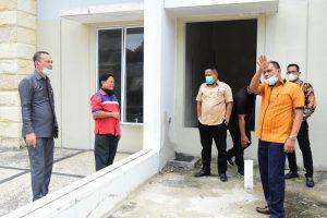 Anggota Komisi IV DPRD Kota Pekanbaru, Zulfahmi (Kanan) Menunjuk Titik Turap Yang Dilaporkan Oleh Warga Di Perumahan Mahkota Garden