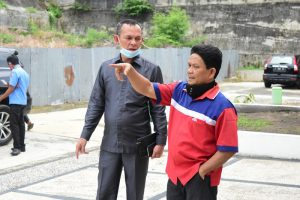 Wakil Ketua Komisi IV DPRD Kota Pekanbaru, H Wan Agusti (Kiri), Berdialog Bersama Salah Seorang Warga Tentang Kondisi Turap Perumahan Mahkota Garden Yang Bermasalah