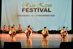 Penampilan tari Zapin oleh peserta pada acara Riau Zapin Fastival 2020 digedung Anjung Seni Idrus Tintin Bandar Seni Raja Ali Haji Provinsi Riau