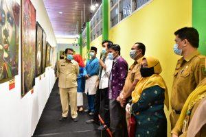 Salah satu Kurator memberikan penjelasan hasil karya seni rupa kepada Kadisbud Riau Raja Yoserizal Zen dan seluruh tamu undangan