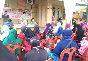 Anggota DPRD Kota Pekanbaru H Ervan dari fraksi Gerindra memberikan jawaban atas pertanyaan masyarakat disaat melakukan sosialisasi Perda Tentang Tenaga Kerja Lokal kota Pekanbaru
