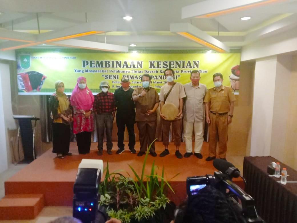 Usai membuka Acara, Kadisbud Riau, Raja Yoserizal Zen berphoto bersama dengan narasumber serta Kabid Seni dan bahasa Reni Amzah.